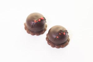 球状の半生タイプチョコレートを載せたクッキー