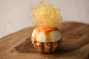 カスタードクリームにほどよくリンゴのコンポートの酸味が調和。トップの飴細工はラ・フェットのオリジナル