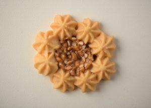 生地を花形に絞り、スライスアーモンドのヌ ガーを入れて焼き上げた軽い食感のイタリアのクッキーです